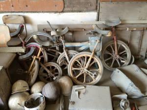 中庭にあった一輪車。今は職員室跡に。