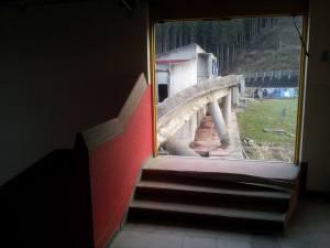 2階廊下から体育館への通路へ行く出入り口