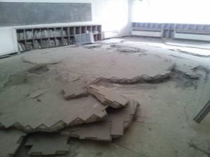 盛り上がった床、場所によって損傷の度合いが違い、津波の動きが分かる。